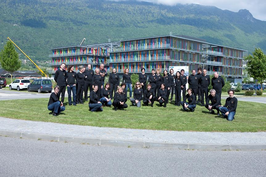 (c) Droits réservés - L'Orchestre des Pays de Savoie au complet devant ses bureaux à Savoie-Technolac. Photo : William Pestrimaux